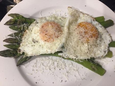 asparagus with fried eggs